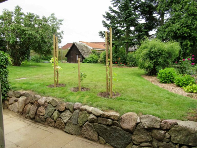 Flot have med sten og træer